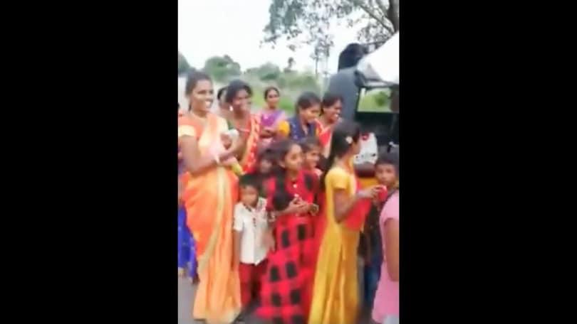 India, 24 persone fermate su un tre ruote VIDEO
