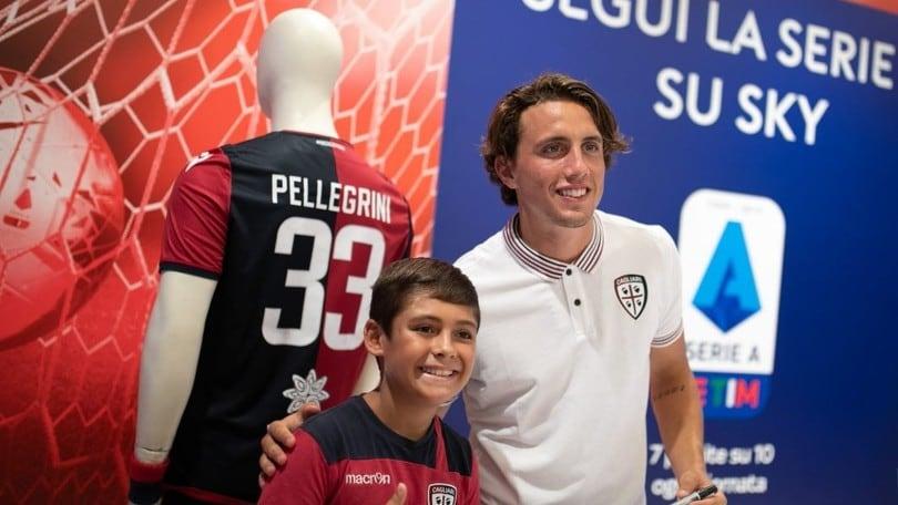 Cagliari, l'abbraccio dei tifosi a Luca Pellegrini