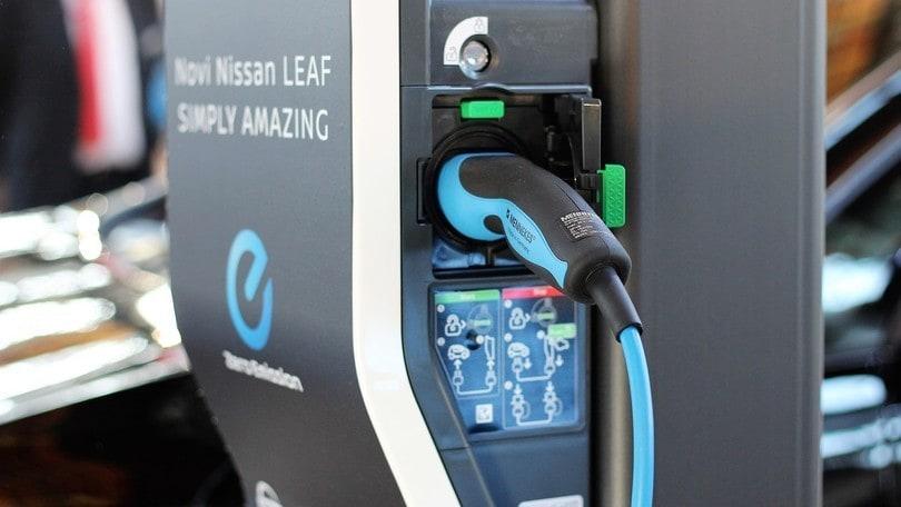 Regno Unito, le stazioni di ricarica elettriche superano quelle tradizionali