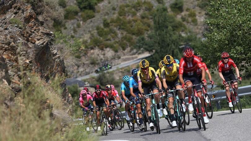 Vuelta, nona tappa: Pogacar vince sotto il diluvio, Quintana nuova maglia rossa