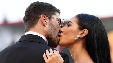 Andrea Iannone e Giulia De Lellis, bacio passionale sul red carpet di Venezia