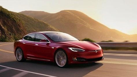 Tesla Model S Plaid, parte la sfida a Porsche Taycan