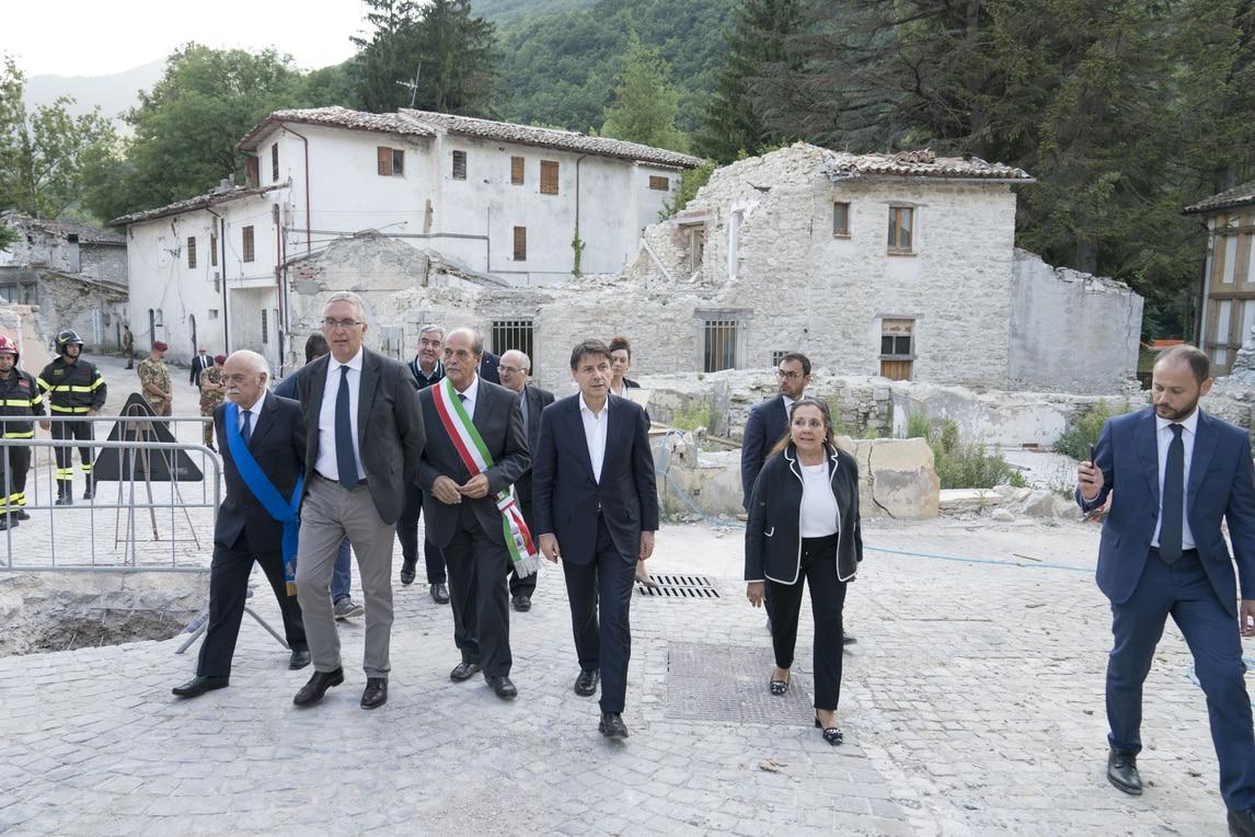 Dopo Accumoli, tappa nelle Marche per il premier: la popolazione colpita dal sisma lo accoglie con lo striscione