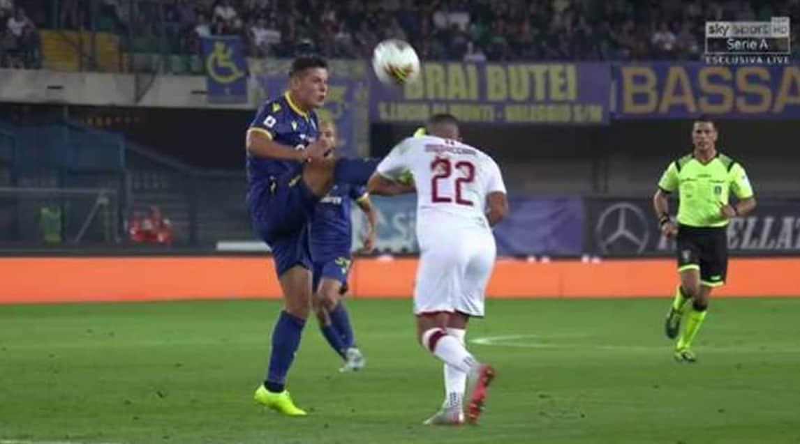 <p>Le immagini dell'episodio al 20' di Verona-Milan:l'arbitro Manganiello estrae il cartellino giallo ma, dopo aver consultato il monitor, opta per il rosso per punire l'intervento a gamba tesa del calciatore polacco sul difensore rossonero(frame Sky Sport)</p>