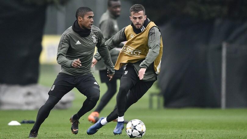 Juventus, lesione muscolare per Douglas Costa. Tutto ok per Pjanic