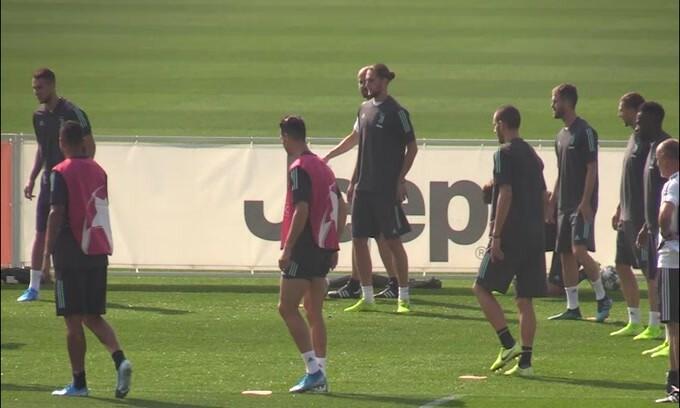 Juventus, problema muscolare per Douglas Costa