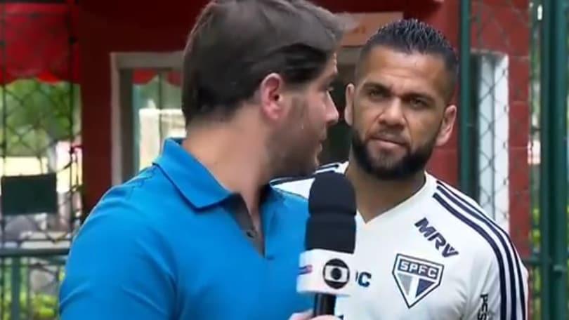 """Dani Alves il """"disturbatore"""": show in diretta tv"""