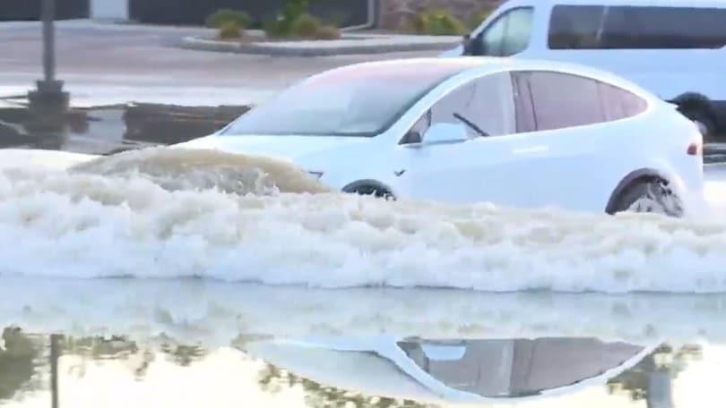 Tesla Model X prova a... immergersi in acqua