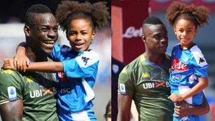 Napoli-Brescia, Balotelli con la figlia in braccio all'ingresso in campo