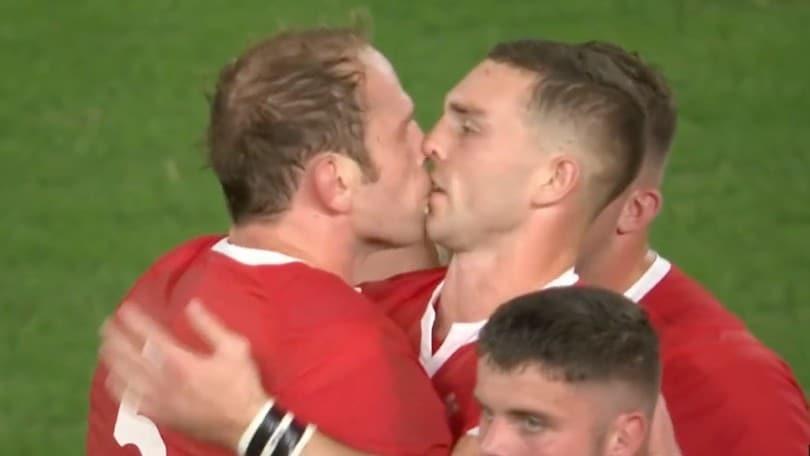 Galles, Alun-Wyn Jones e George North si baciano dopo la vittoria contro l'Australia