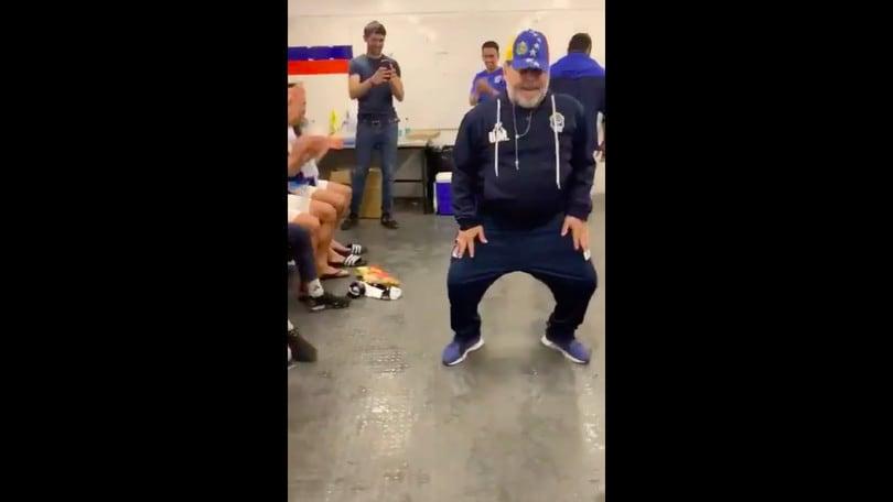 Maradona festeggia con un balletto la prima vittoria del suo Gimnasia