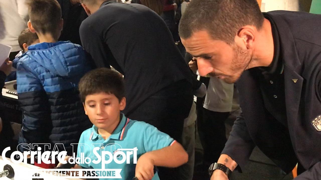 """Bonucci scherza con un piccolo paziente: """"Sei il Cristiano Ronaldo del biliardino!"""""""