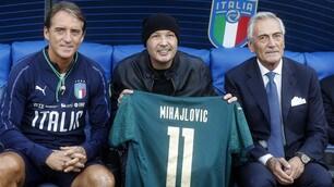Sorpresa all'Olimpico: Mancini regala a Mihajlovic la maglia dell'Italia