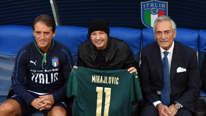 Italia, Mancini regala a Mihajlovic la maglia numero 11 della Nazionale