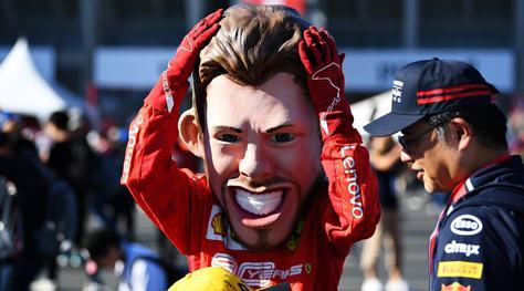 F1, a Suzuka c'è anche un tifoso vestito da Vettel