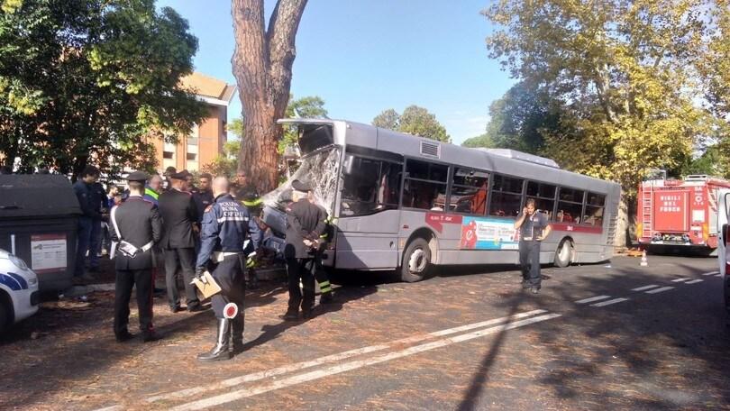 Roma, autobus si schianta contro un albero: almeno 29 feriti