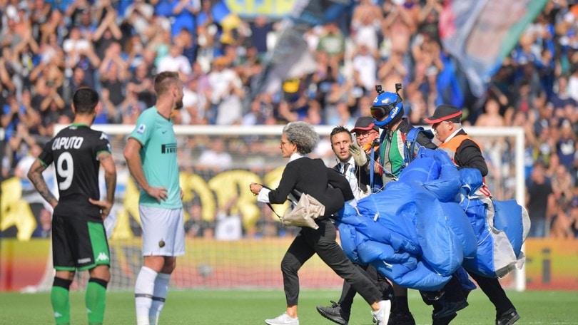 Sassuolo-Inter, un paracadutista atterra sul rigore di Lukaku