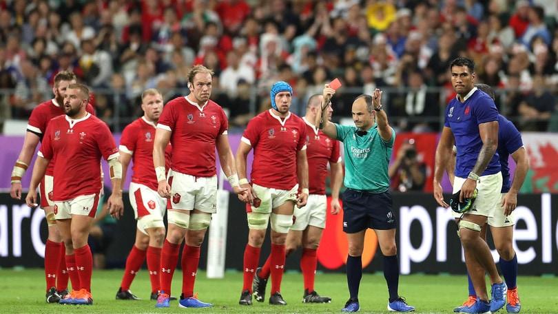 L'arbitro Peyper sbeffeggia il giocatore espulso con i tifosi del Galles: Francia furiosa