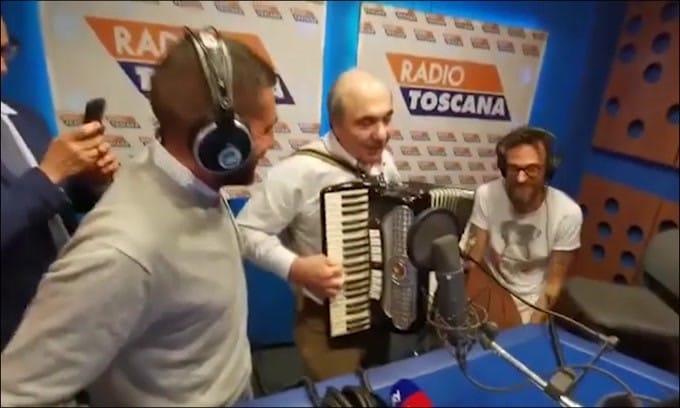 Commisso show: suona l'inno della Fiorentina con la fisarmonica