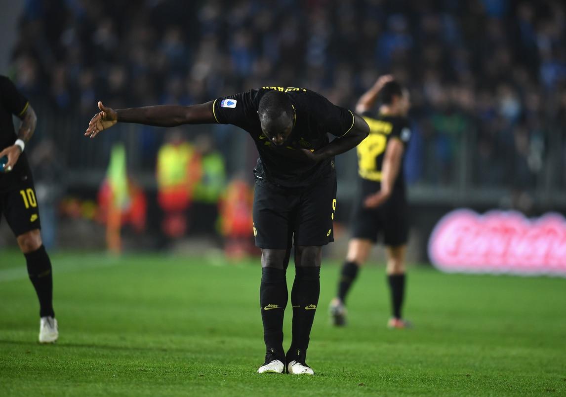Lukaku, solito inchino ai tifosi: l'Inter soffre ma si prende la vetta