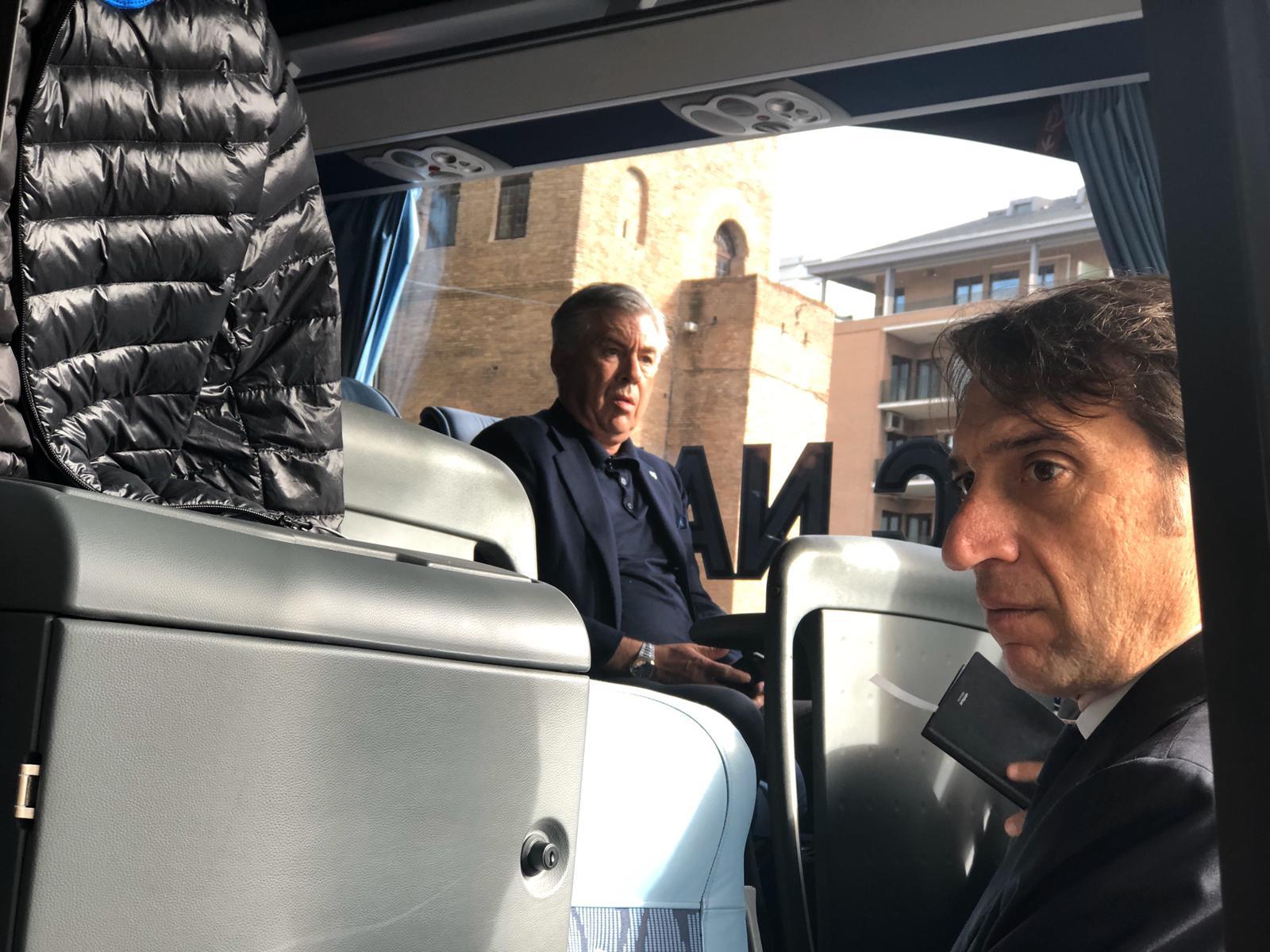Ancelotti scuro in volto sul pullman del Napoli