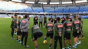Il Napoli si allena davanti ai tifosi che contestano