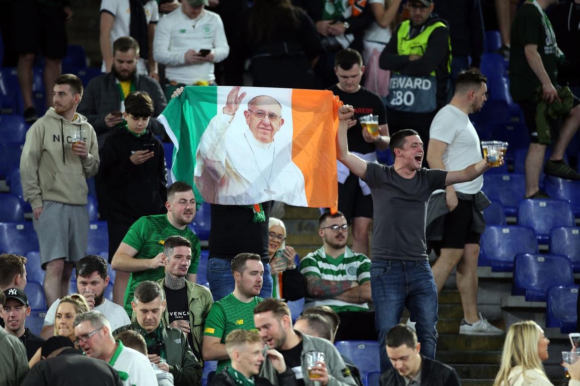 Celtic, i tifosi arrivano allo stadio: sulle bandiere c'è Papa Francesco