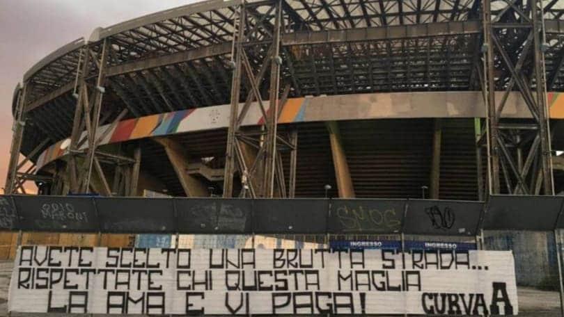 Napoli, continua la contestazione dei tifosi: nuovi striscioni in città
