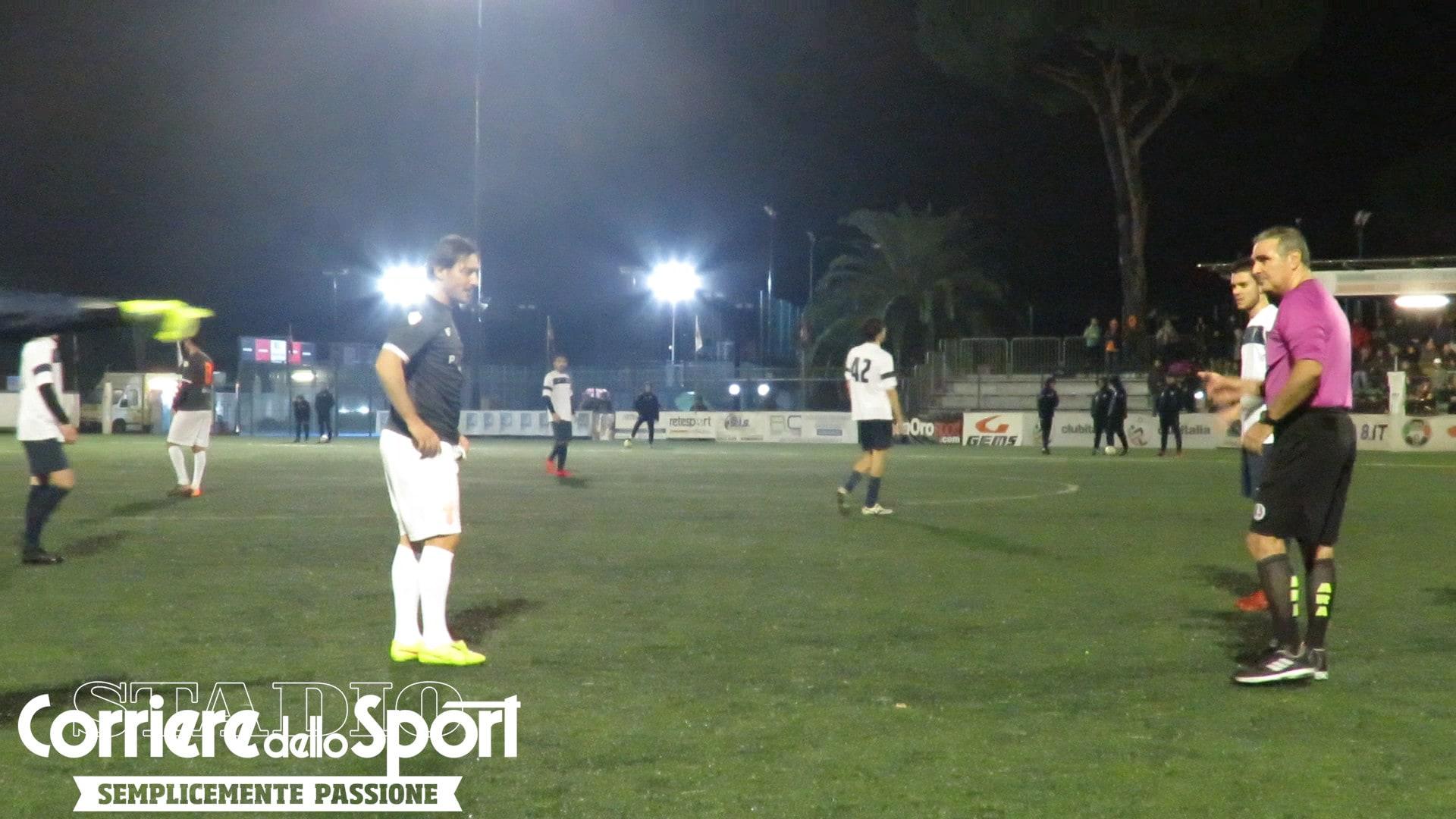 """L'arbitro vede Totti e perde il fischietto: """"Ma che te lo sei mangiato?"""""""