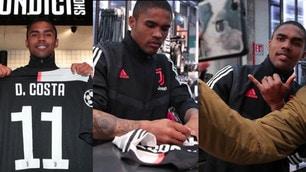 Douglas Costa allo Juventus Store: autografi e selfie con i tifosi