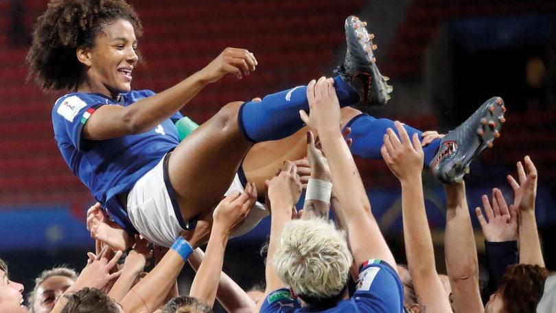 Professionismo nel calcio femminile: interviene anche l'UEFA