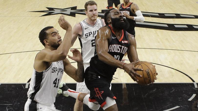 NBA, rimonta San Antonio contro i 50 di Harden: ma è polemica per una schiacciata...
