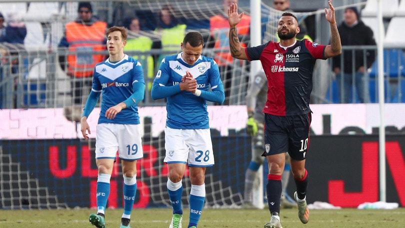 Brescia-Cagliari 2-2: Balotelli entra e prende il rosso. Pari tra Bologna e Verona