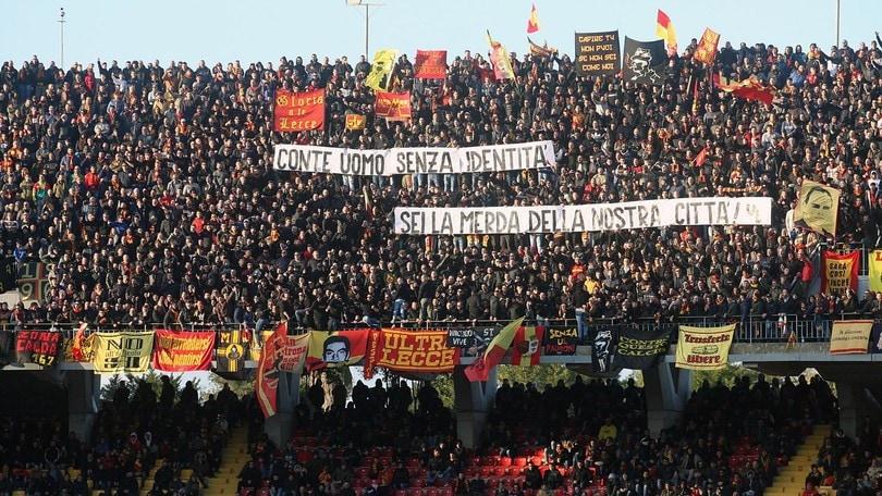 """Conte, il pesantissimo striscione dei tifosi del Lecce: """"Uomo senza identità"""""""