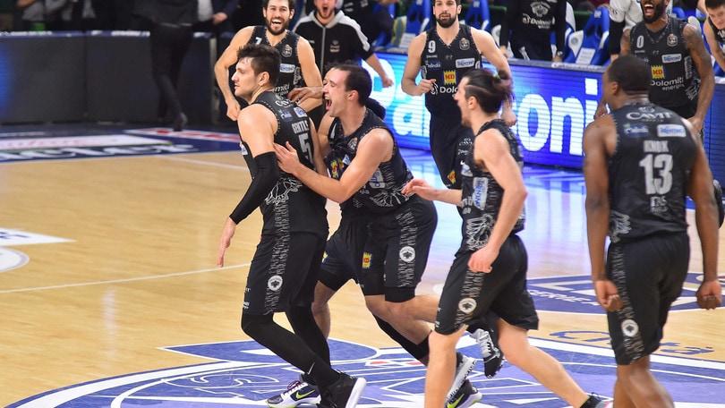 Trento piega Sassari sulla sirena, la Virtus Bologna vince e allunga