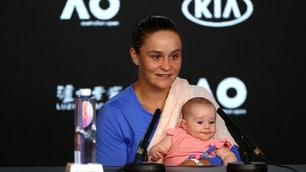 Australian Open: Barty in conferenza stampa con un'ospite speciale