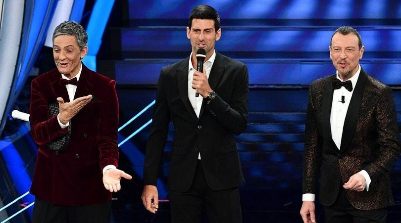 Djokovic a Sanremo, canta 'Terra promessa' con Fiorello e Amadeus