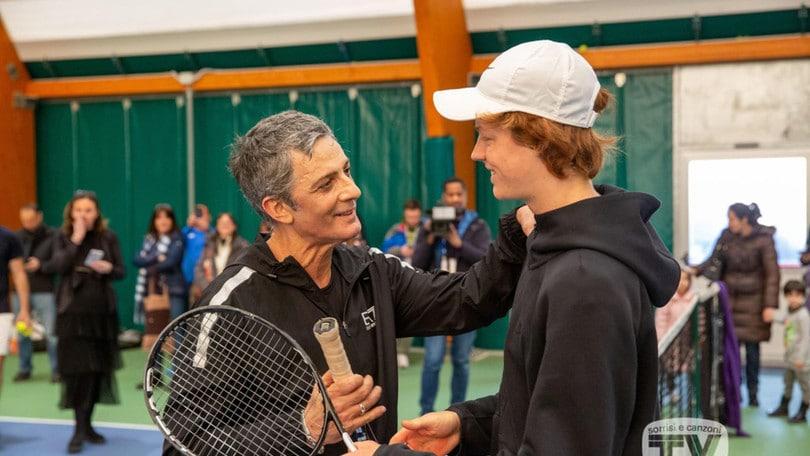 Fiorello sfida Sinner con la racchetta di Djokovic