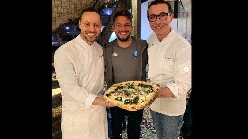 Mertens, gol e pizza in piena notte: l'attaccante del Napoli festeggia dopo il Barça