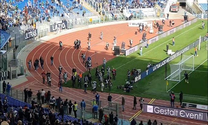L'abbraccio dei tifosi della Lazio a Mihajlovic