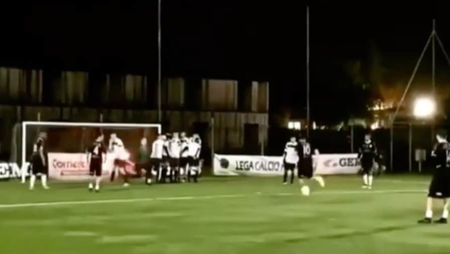 Totti show a calcio a 8: gol con cucchiaio su punizione