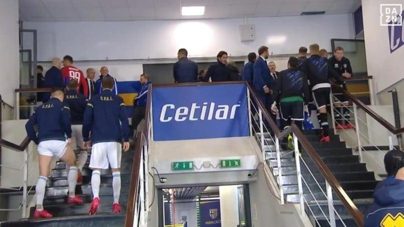 Parma-Spal, clamoroso: calciatori richiamati negli spogliatoi, si parte in ritardo