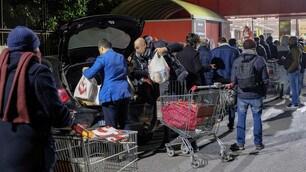 Coronavirus, supermercati presi d'assalto nella notte a Roma