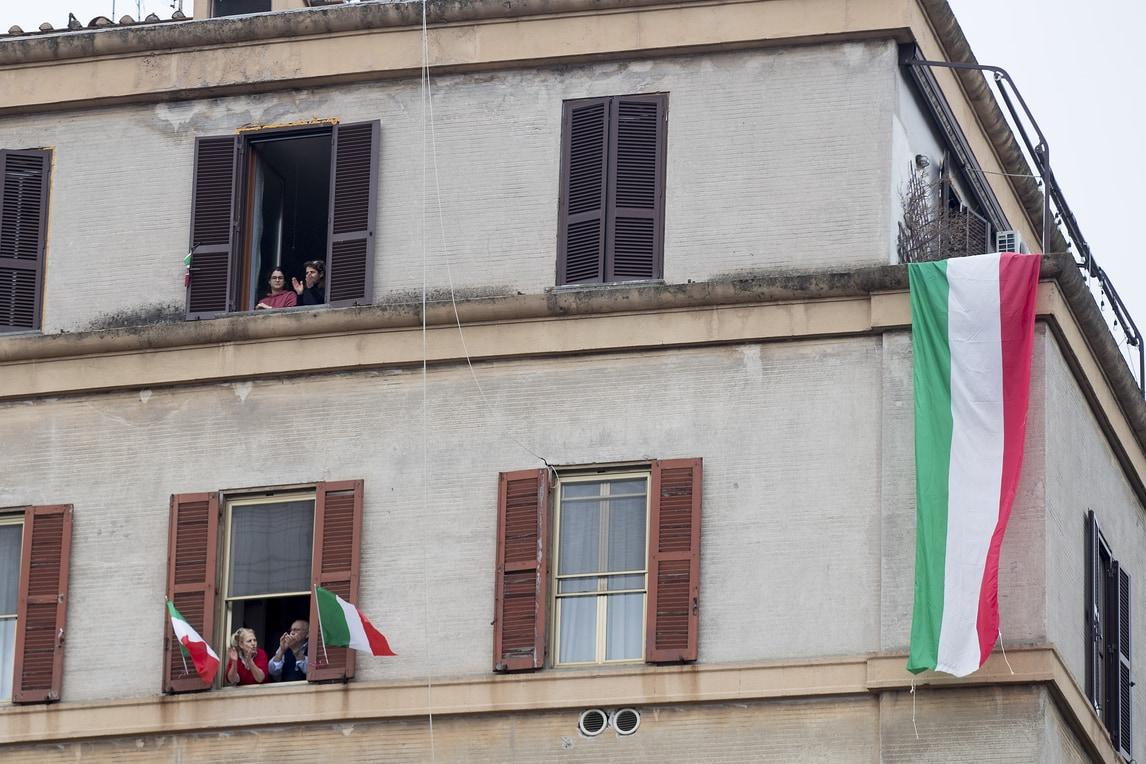 Coronavirus, flash mob per i medici in tutta Italia - Corriere ...
