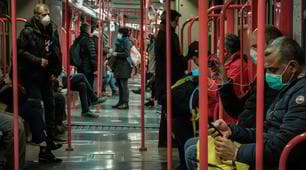 Coronavirus, a Milano c'è tanta gente sulla metropolitana