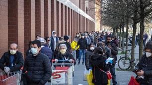Coronavirus, a Milano code dall'alba nei supermercati