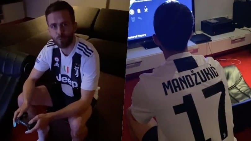 Pjanic, nostalgia Juve: gioca alla Play con la maglia di Mandzukic