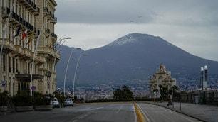 Napoli, strade deserte e neve sul Vesuvio