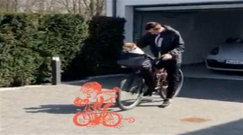 Lazio, l'ex Klose porta a spasso i cani... in bici