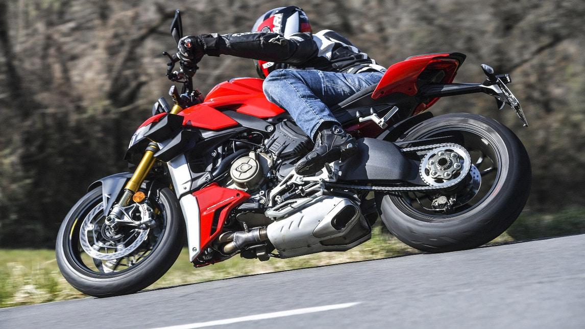 Ducati Streetfighter V4S, la naked in movimento: le immagini